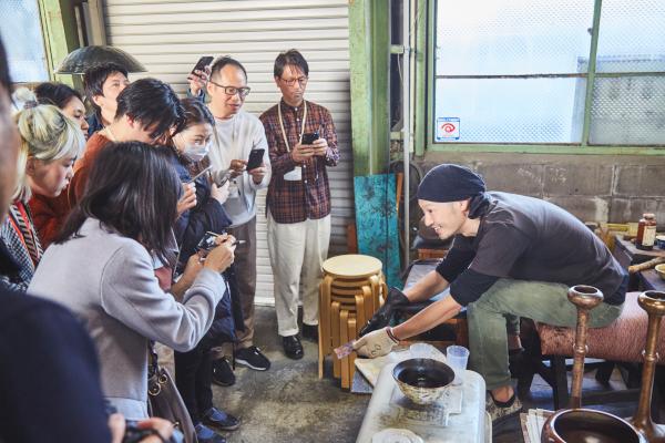 富山での伝統産業工房見学ツアーの様子
