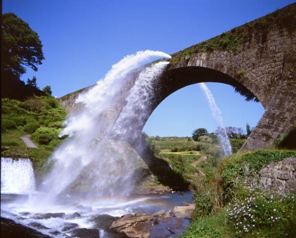 通潤橋の放水